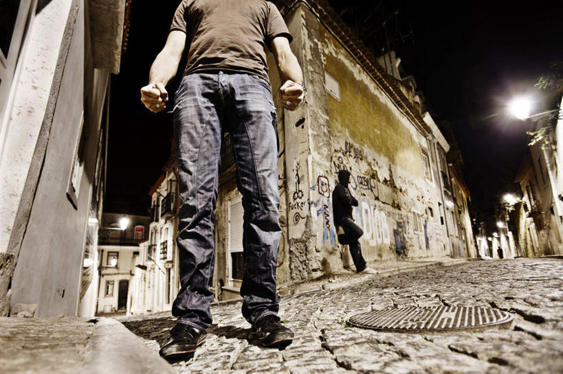 男生站立靠墙头像