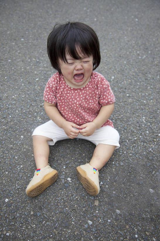 仅一个小孩,休闲,休闲服,可爱,童年,童趣,眼泪,服饰,泪水,张大嘴巴
