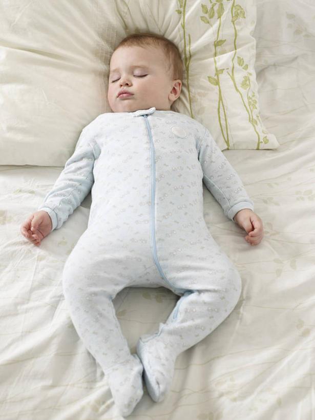 仅一个人,阴影,反射,影子,靠枕,小孩,垫子,枕头,舒服,可爱,单人床