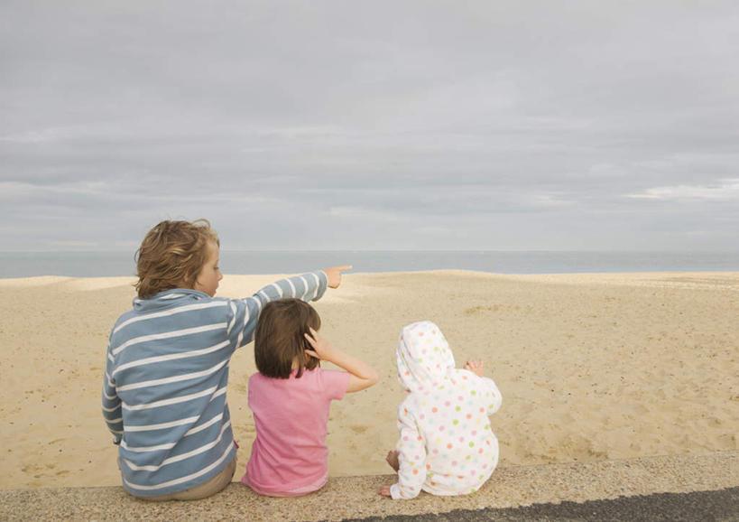 西方人,儿童,三个人,家庭,兄弟,姐妹,坐,横图,室外,白天,纯洁,海浪,海
