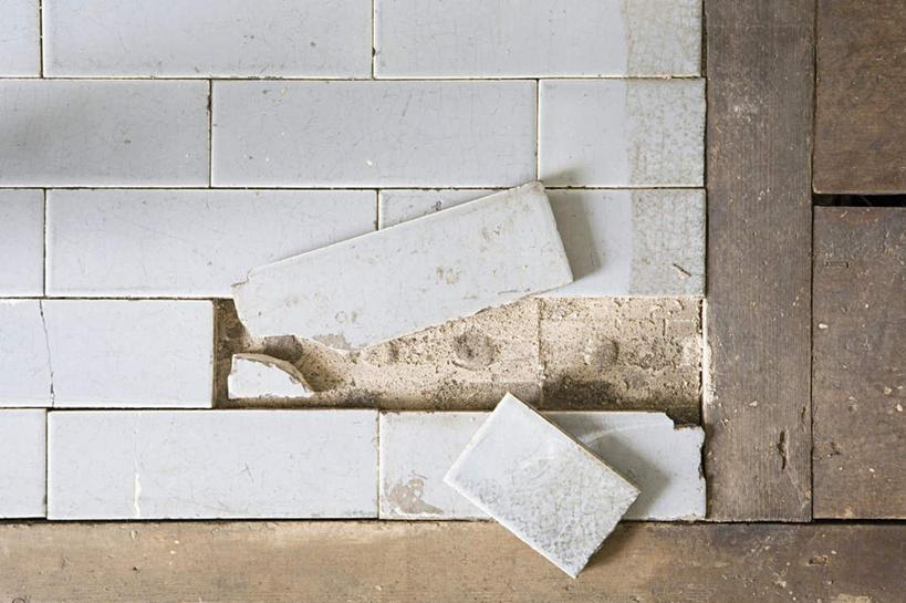 室内,特写,白天,正面,地板,建筑,破碎,瓷砖,工具,墙,地面,破坏,破损