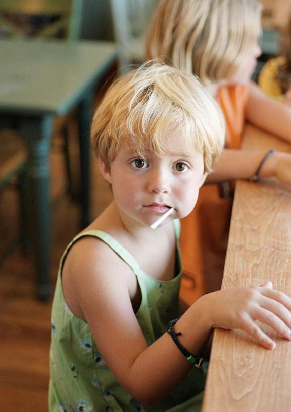 甜点,甜品,地面,注视,书桌,木地板,食物,小孩,课桌,甜食,观察,看,可爱