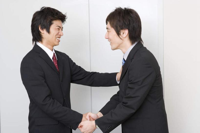 东方人,两个人,同事,商务人士,商务男性,站,握手,笑,微笑,露齿笑,横图