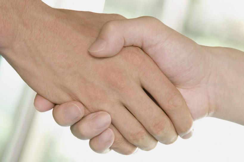 手,两个人,伙伴,朋友,握手,横图,俯视,室内,特写,白天,友谊,合作,团队