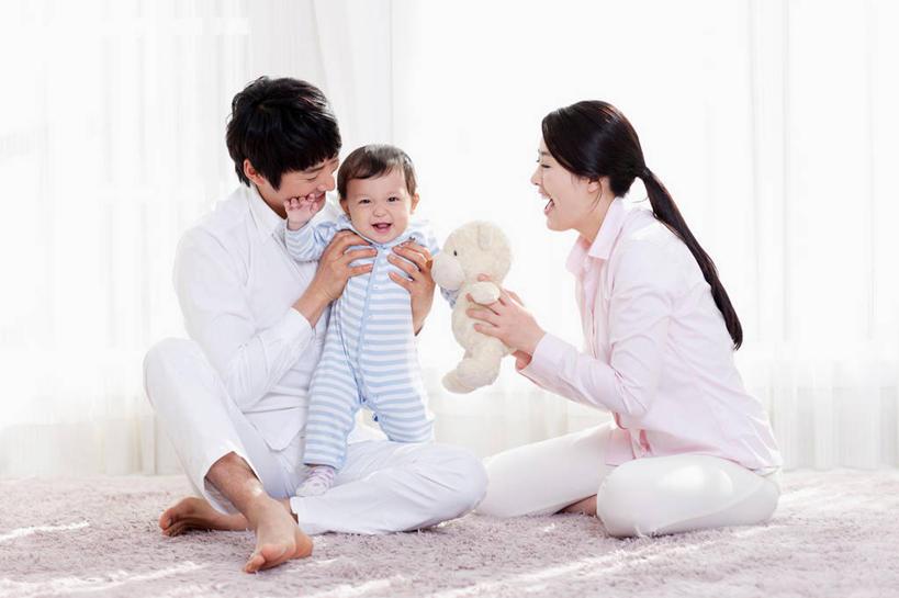 东方人,婴儿,儿童,三个人,家庭,夫妻,母亲,父亲,客厅,坐,笑,盘腿,微笑