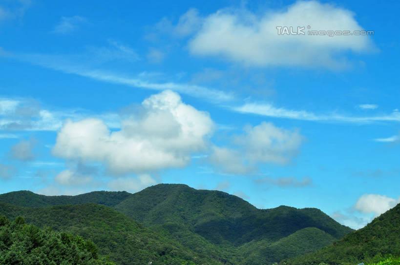 山峦,云彩,娱乐,树,树木,蓝色,绿色,白云,蓝天,天空,阳光,自然,群山
