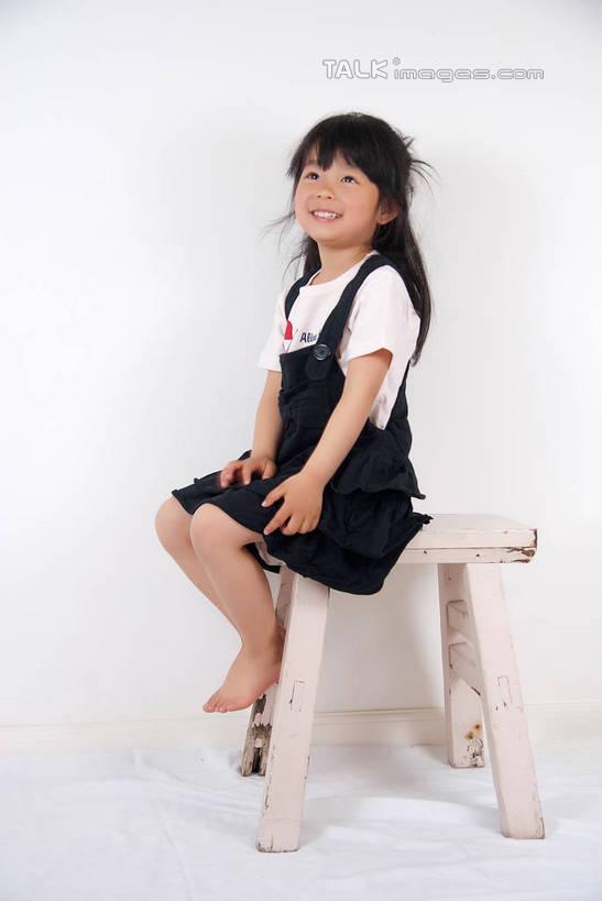 微笑光脚的少女_东方人,儿童,一个人,坐,笑,摸,微笑,露齿笑,竖图,室内,白天,白色背景