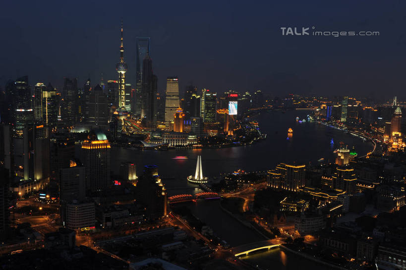 电塔与城市夜晚