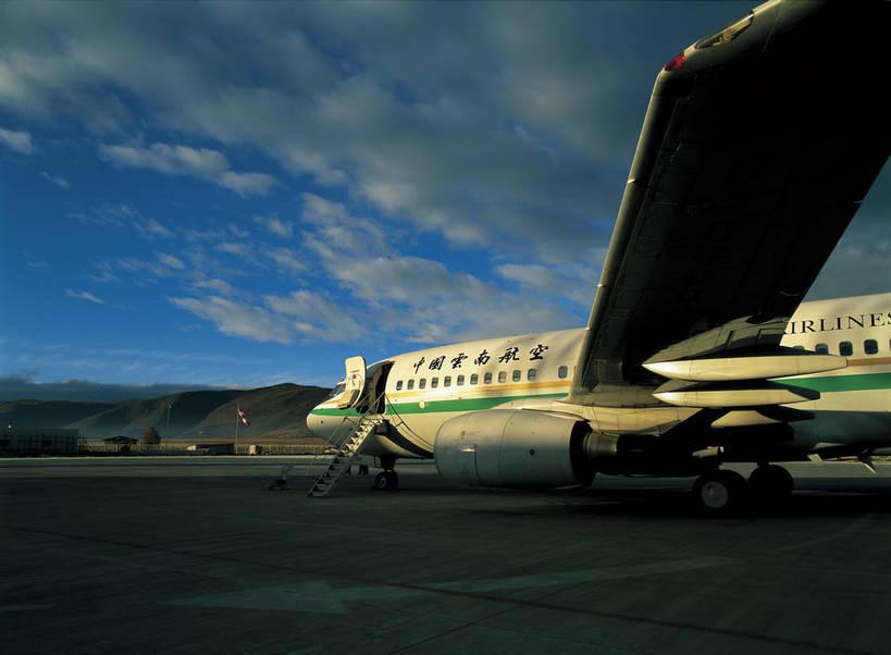 客运飞机远景图片