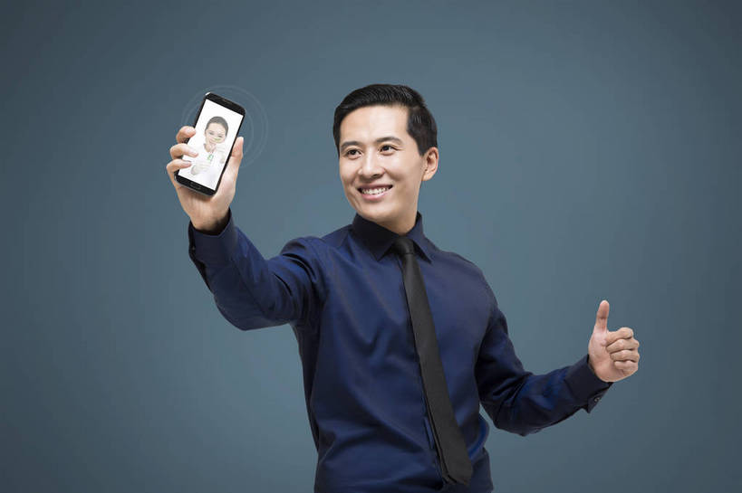中年男性手机生活照
