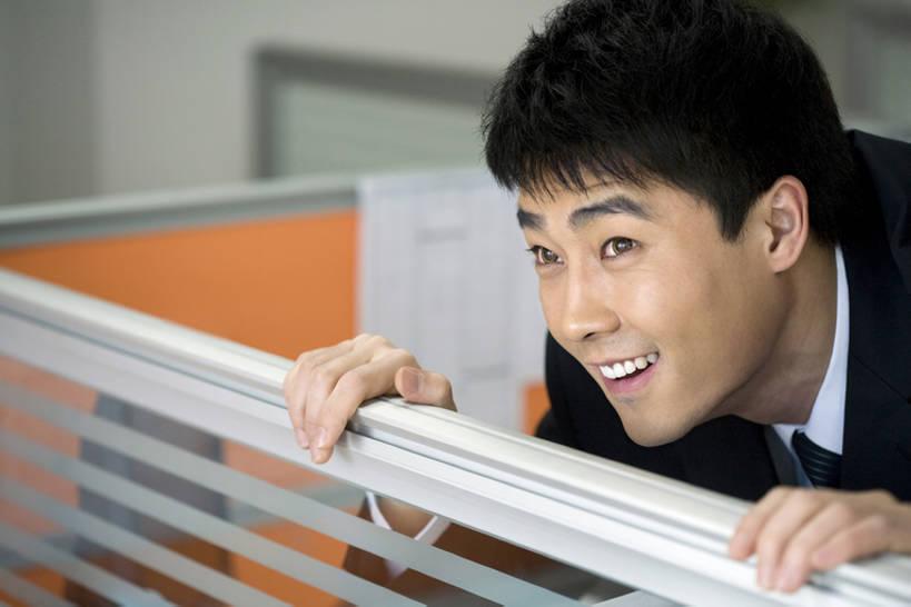 一个人,商务人士,商务男性,办公室,笑,微笑,露齿笑,竖图,室内,侧面