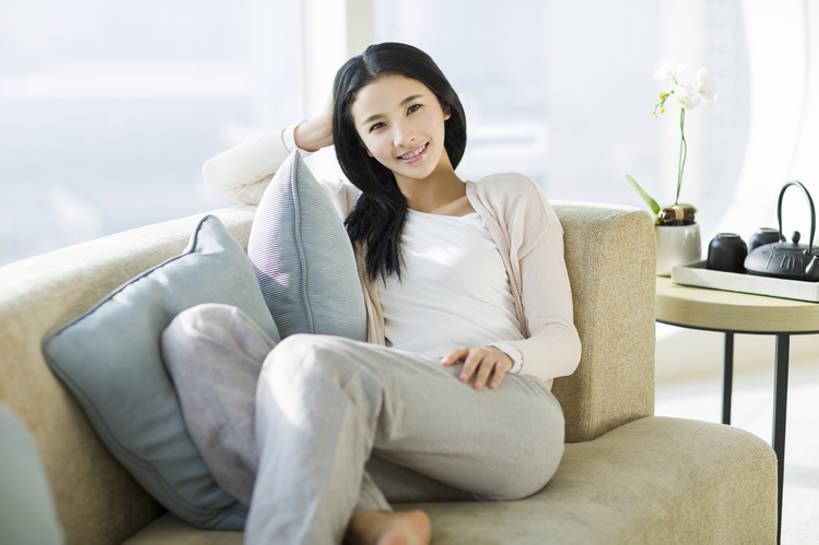 微笑光脚的少女_东方人,成年人,一个人,家,客厅,笑,微笑,露齿笑,横图,室内,白天,正面